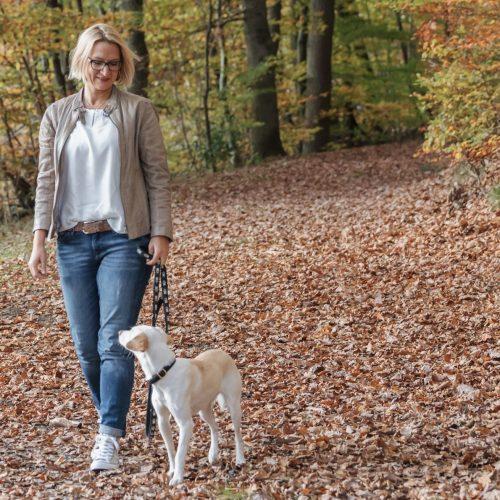 Waldspaziergang Kerstin Pirali mit ihrer Hündin im Wald