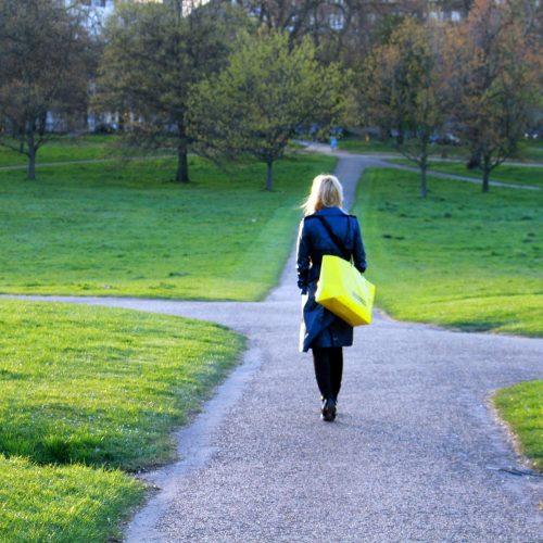 Frau an einer Weggabelung finde deinen Lebensweg